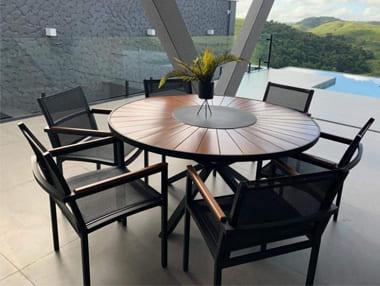 Mesa em alumínio com tampo de madeira e poltronas em tela e aluminio