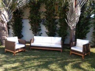 sofa e poltrnoas em aluminio com base de madeira e trama de fibra sintetica aberta e almofadas