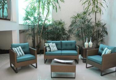 Conjunto de sofa 2 lugares com poltronas e mesa de centro com almofadas