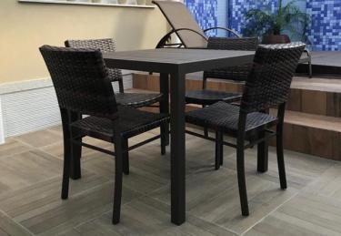 Conjunto com mesa ripada em alumínio e cadeiras em fibra sintética